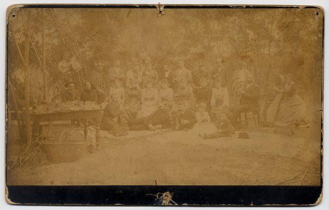 Grupo de personas en un picnic en el campo
