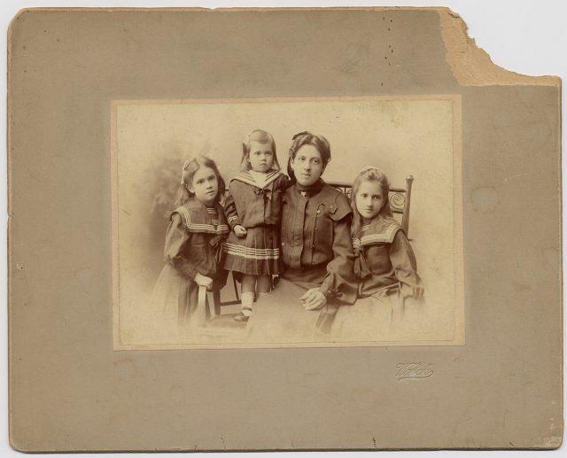 Madre con sus tres hijas