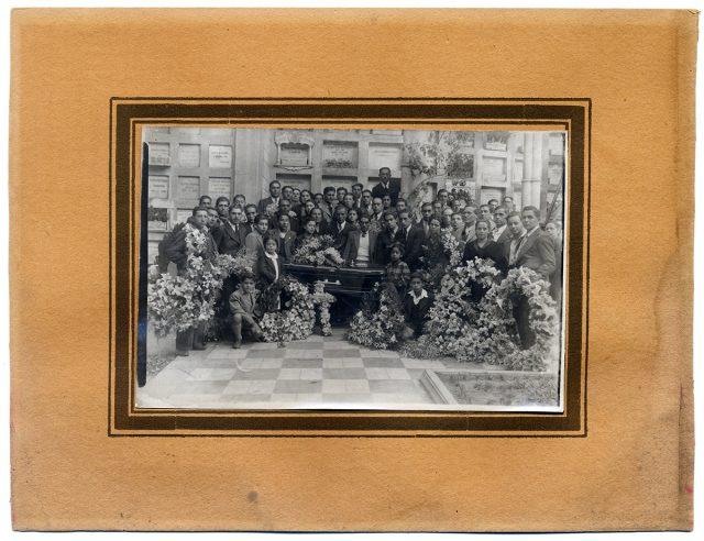 Grupo de personas en un cementerio alrededor de un ataúd
