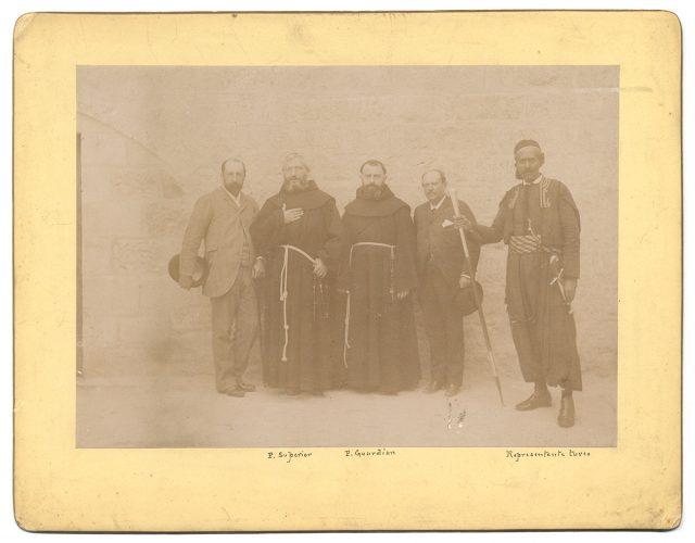 Dos religiosos, dos civiles y un turco
