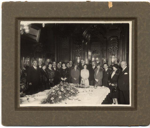 Grupo de personas alrededor de una mesa