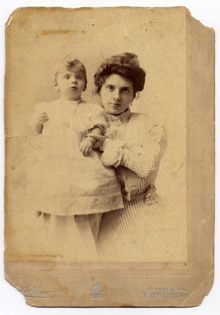 Magdalena Valdés Ortúzar de Huneeus y su hijo Domingo