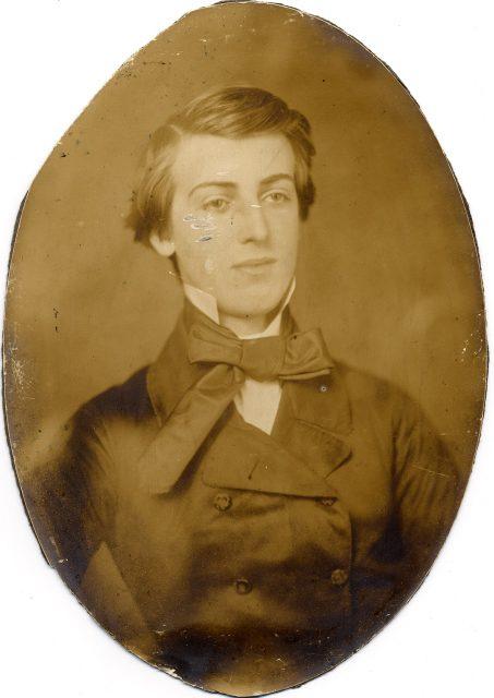 Retrato de forma ovalada de un hombre joven