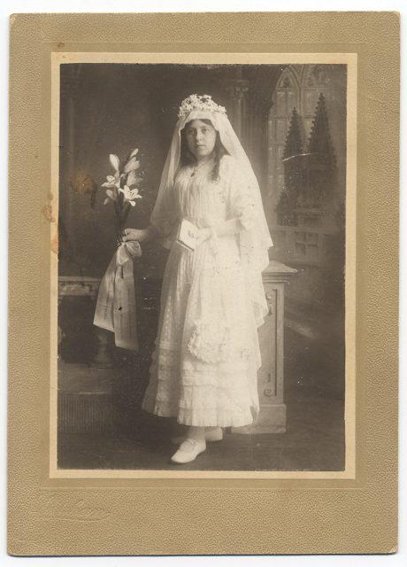 Retrato de Graciela Pizarro vestida para su comunión