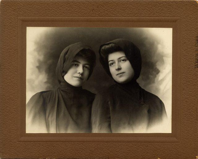 Retrato de dos mujeres con mantos