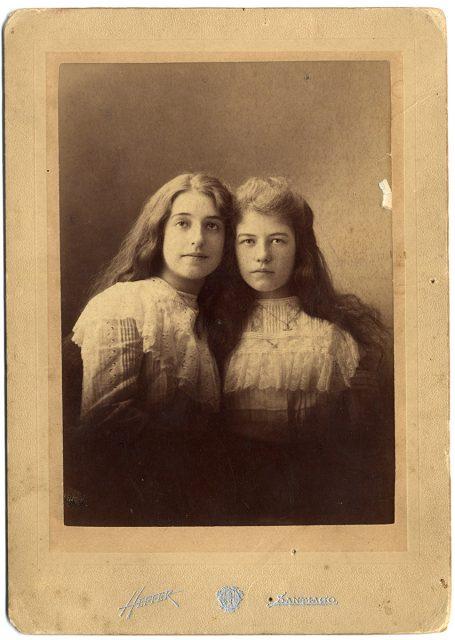 Retrato de dos niñas con el pelo suelto