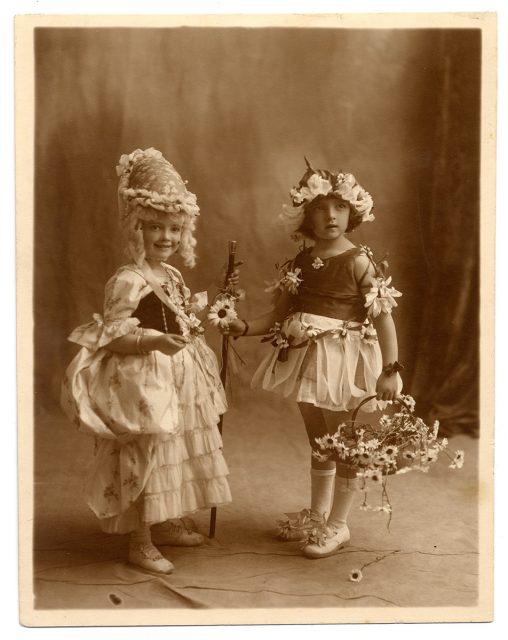 Retrato de dos niñas disfrazadas