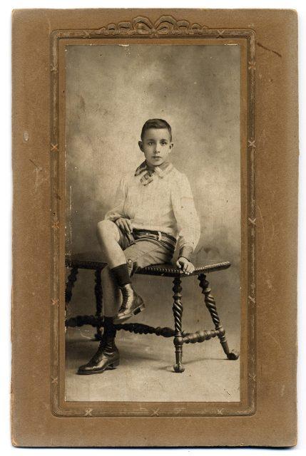 Retrato de un joven sentado sobre un banco