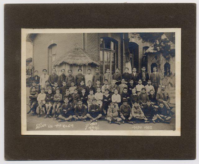 Grupo de párvulos de Tercer Año en el patio de la escuela Francisco Olea