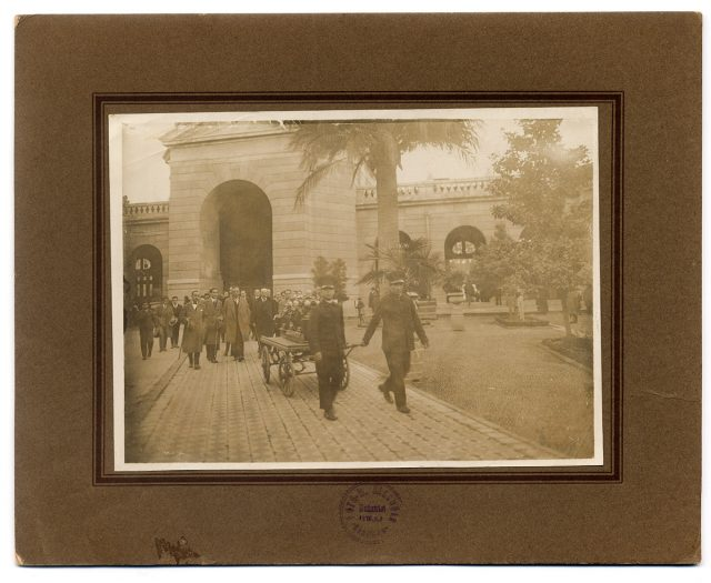 Funeral seguido por hombres