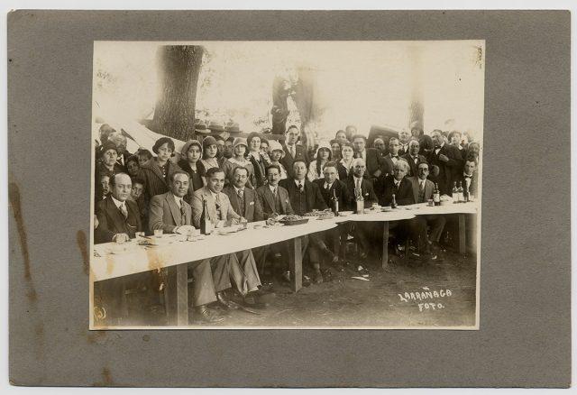 Gente durante un banquete al aire libre
