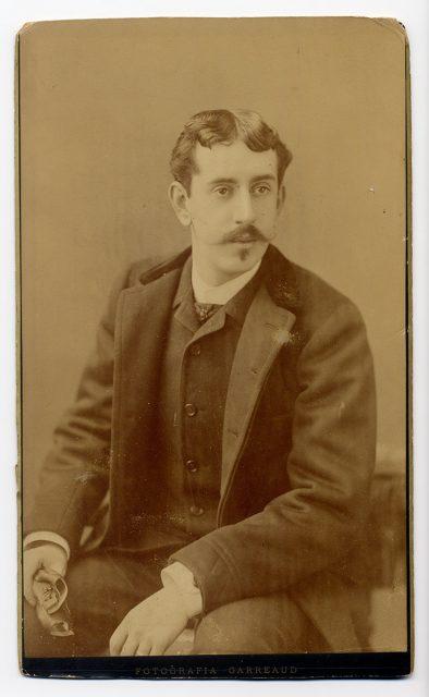Retrato de un hombre con guantes en la mano