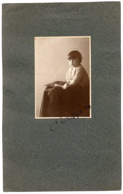 Retrato de una guagua sentada sobre una piel