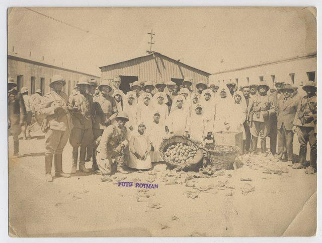 Grupo de enfermeras de la Cruz Roja y de cadetes de la Escuela Militar, Chuquicamata