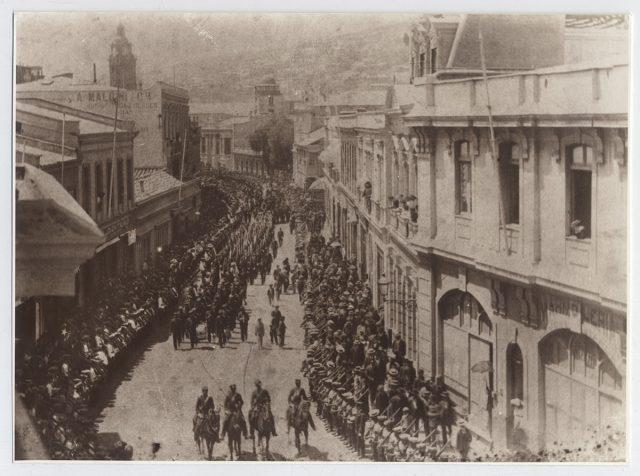 Reproducción de una fotografía de un desfile militar