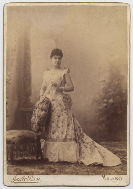 Retrato de una mujer con abanico