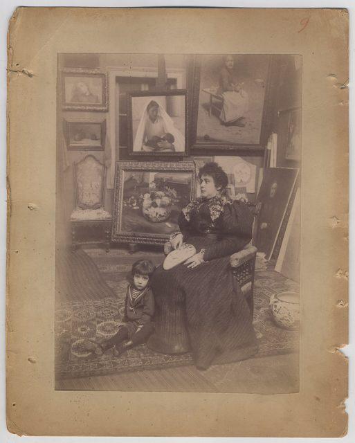 Taller del pintor Alfredo Valenzuela Puelma con su mujer y su hijo