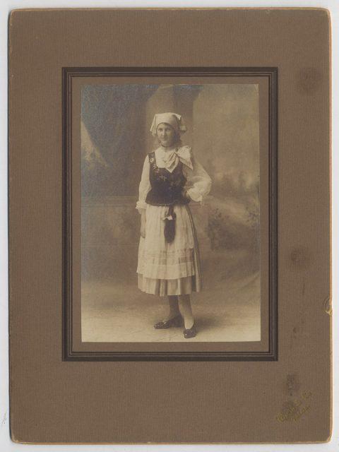 Retrato de una mujer vestida de campesina