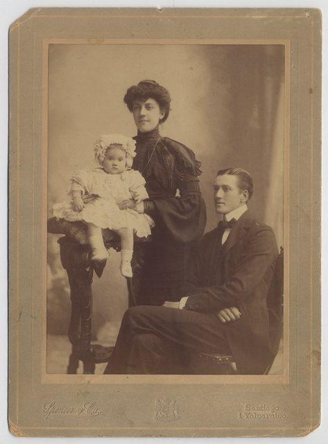 Retrato de María Gracia Gómez Zañartu con su esposo e hija