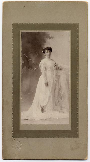 Retrato de una mujer vestida de novia