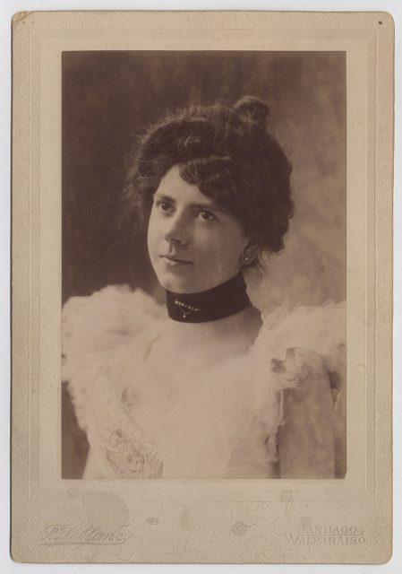 Retrato de mujer con vestido de plumas