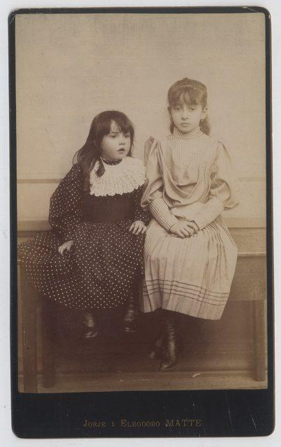 Retrato de dos niñas sentadas