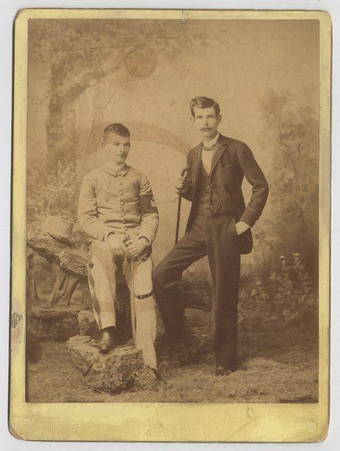 Retrato de dos jóvenes hermanos