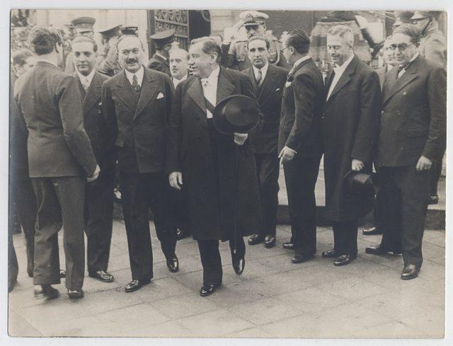 Arturo Alessandri Palma con un grupo de hombres
