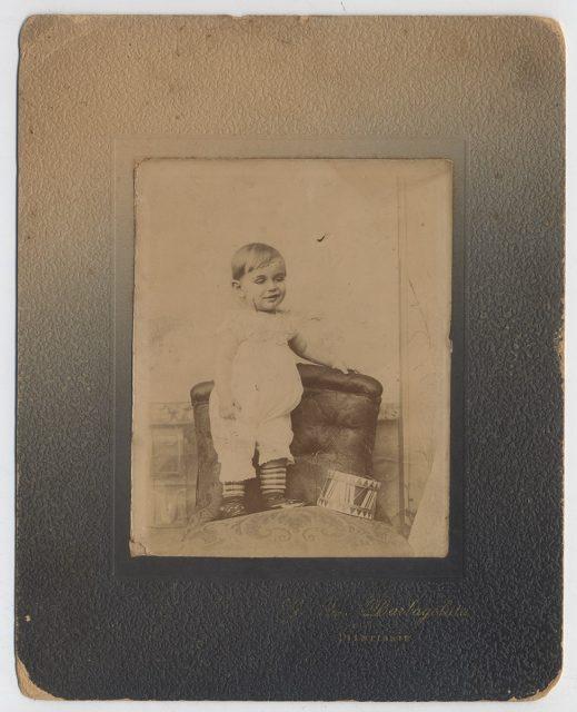 Retrato de un niño sobre un sillón