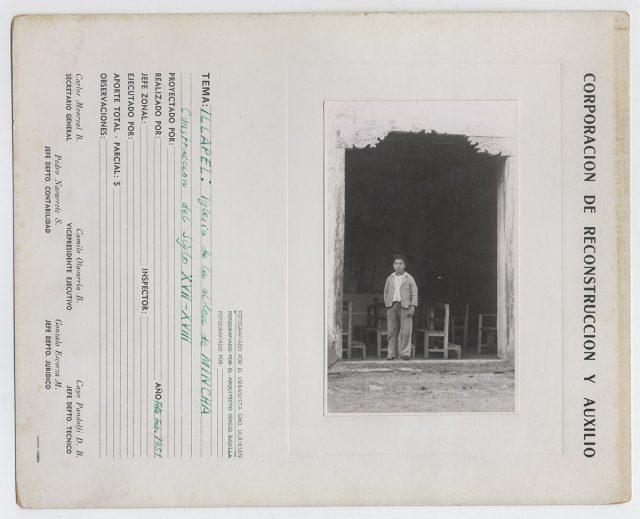 Niño a la entrada de la iglesia de Mincha