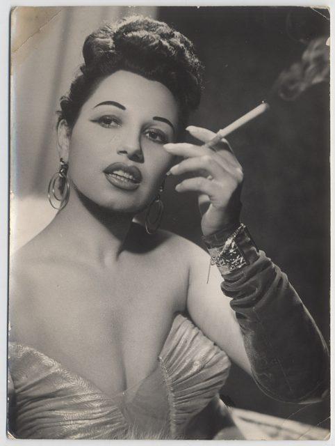 Mujer fumando.
