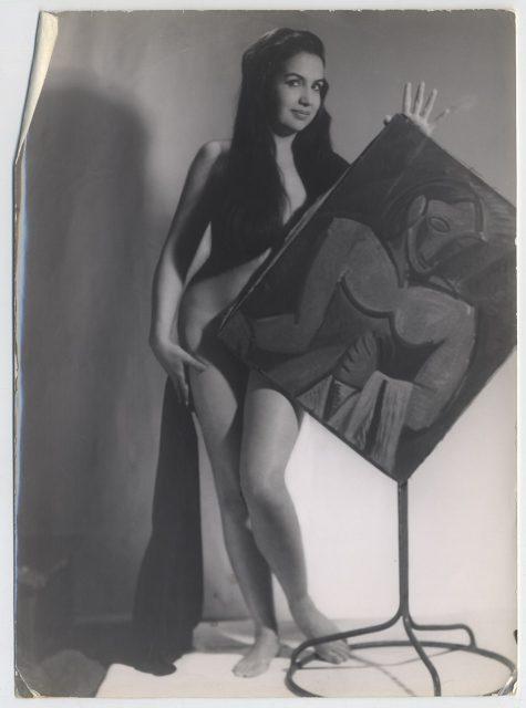 Mujer desnuda detrás de un cuadro.