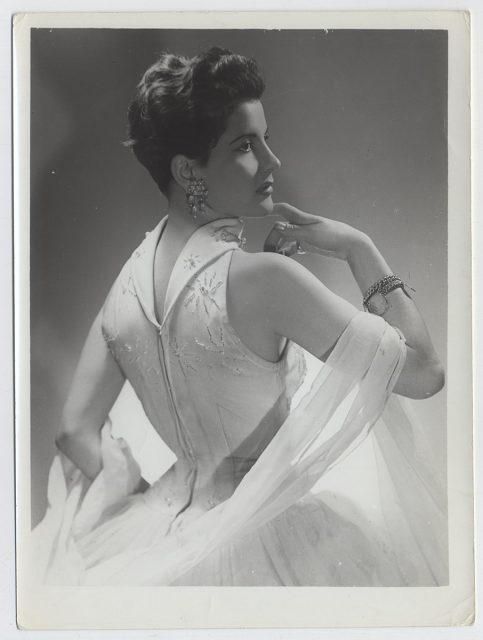 Mujer de traje blanco