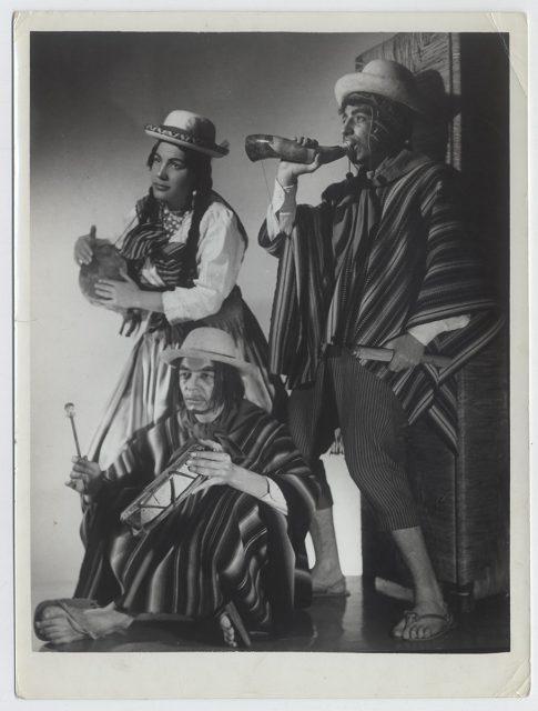 Grupo de personas vestidos folclóricamente