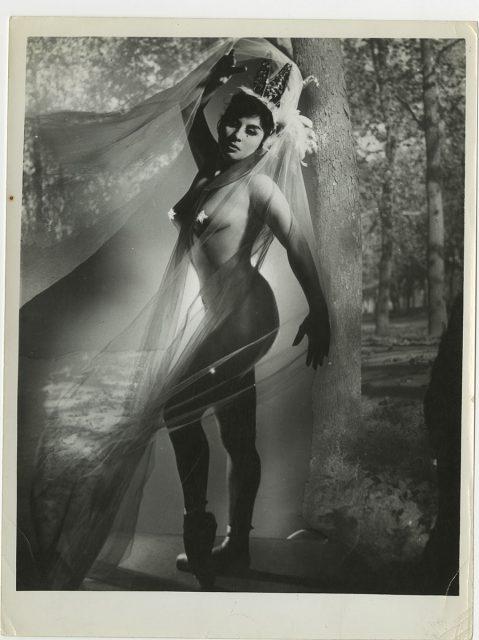 Mujer desnuda cubierta con una tela.