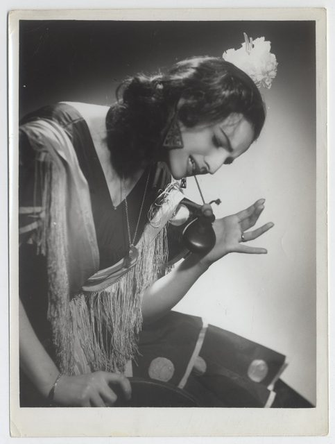 Mujer y flamenco