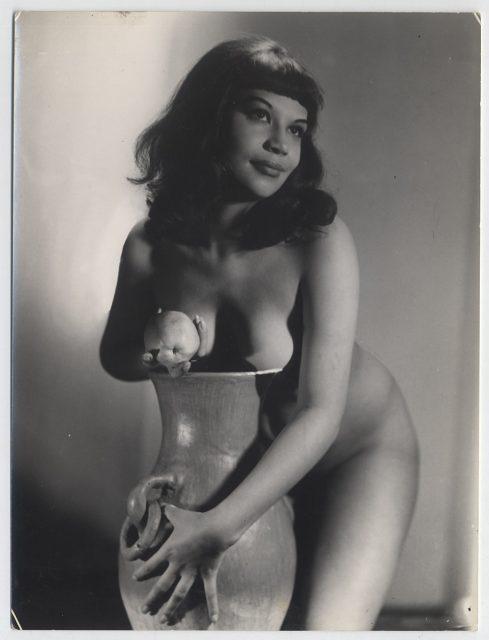Mujer desnuda cubriéndose con jarro de cerámica