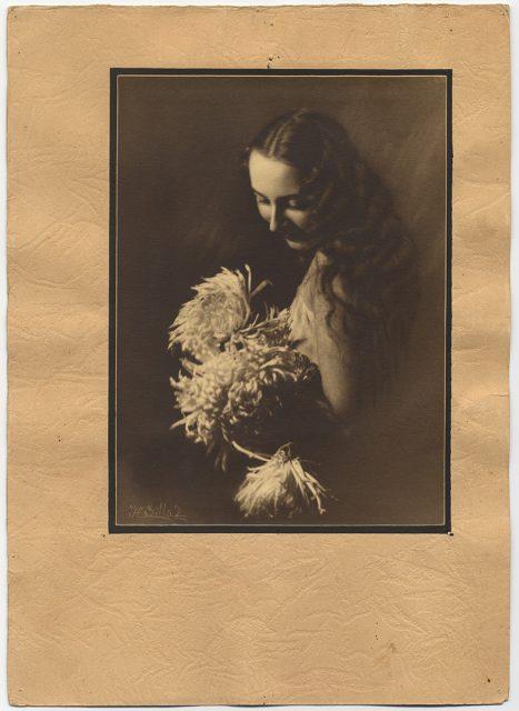 Retrato de una mujer inclinada.