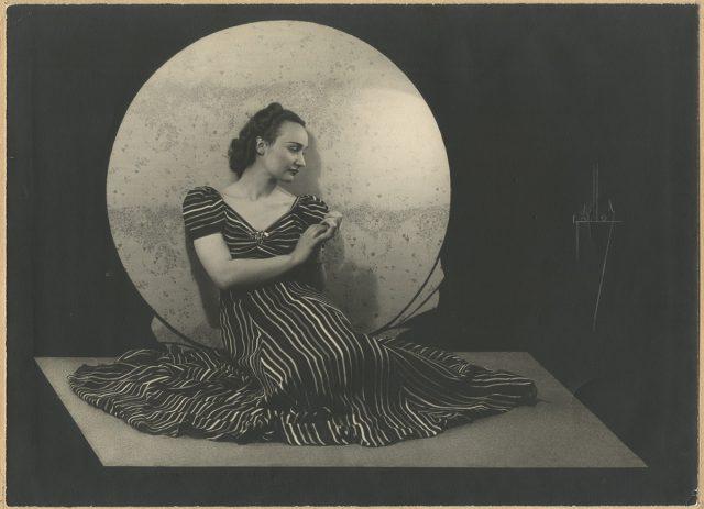 Mujer sobre fondo lunar