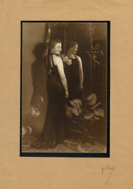 Retrato de mujer con vestido negro