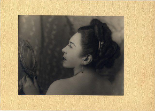 Mujer mirándose en un espejo
