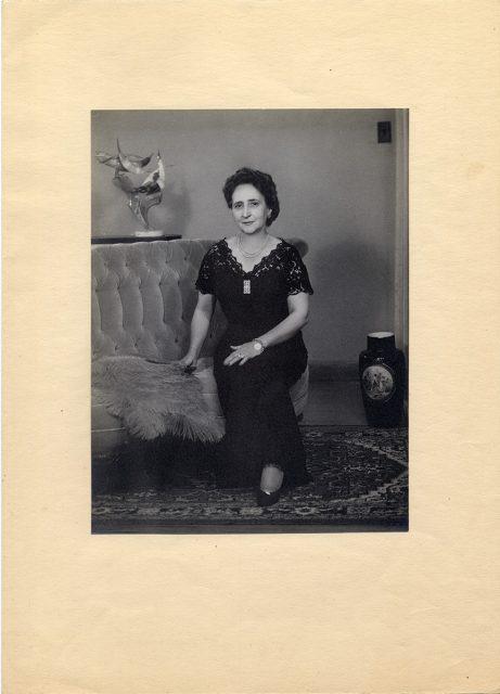 Mujer sentada sobre un sillón