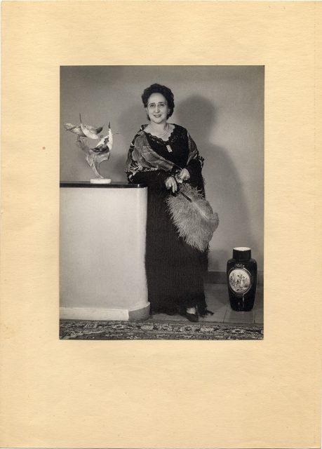 Mujer con abanico de plumas