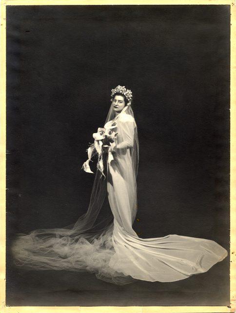 Retrato de una novia con ramo de calas