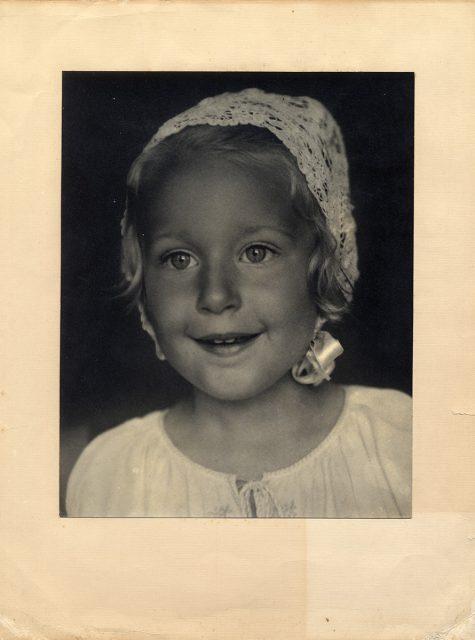 Retrato de una niña con gorro de encaje
