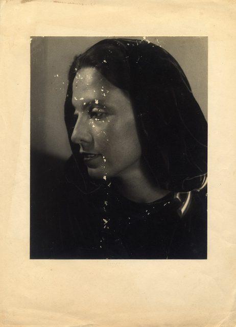 Retrato de una mujer con capucha negra