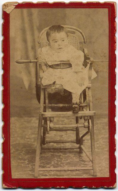 Niño en su silla