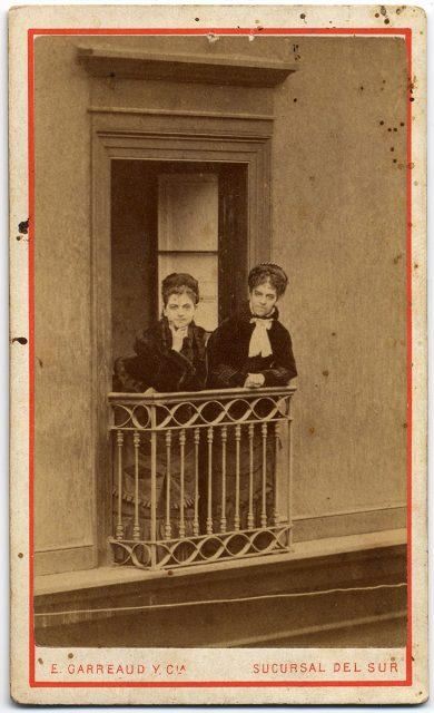 Dos mujeres sobre un balcón
