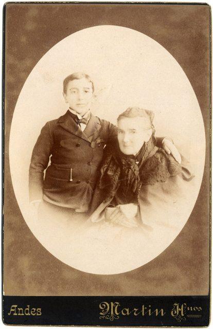 Retrato de Iluminada C. de Pizarro con su nieto