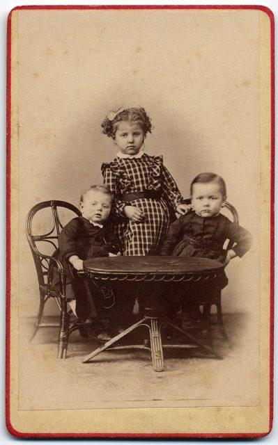 Retrato de tres niños.